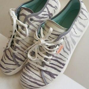 RARE Like new Reebok zebra light weight shoe sz 8